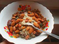 Mic dejun cu hrișcă, nuci și semințe